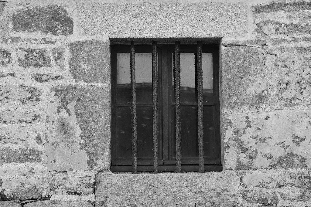 Maison survivaliste: Barreaux à une fenêtre