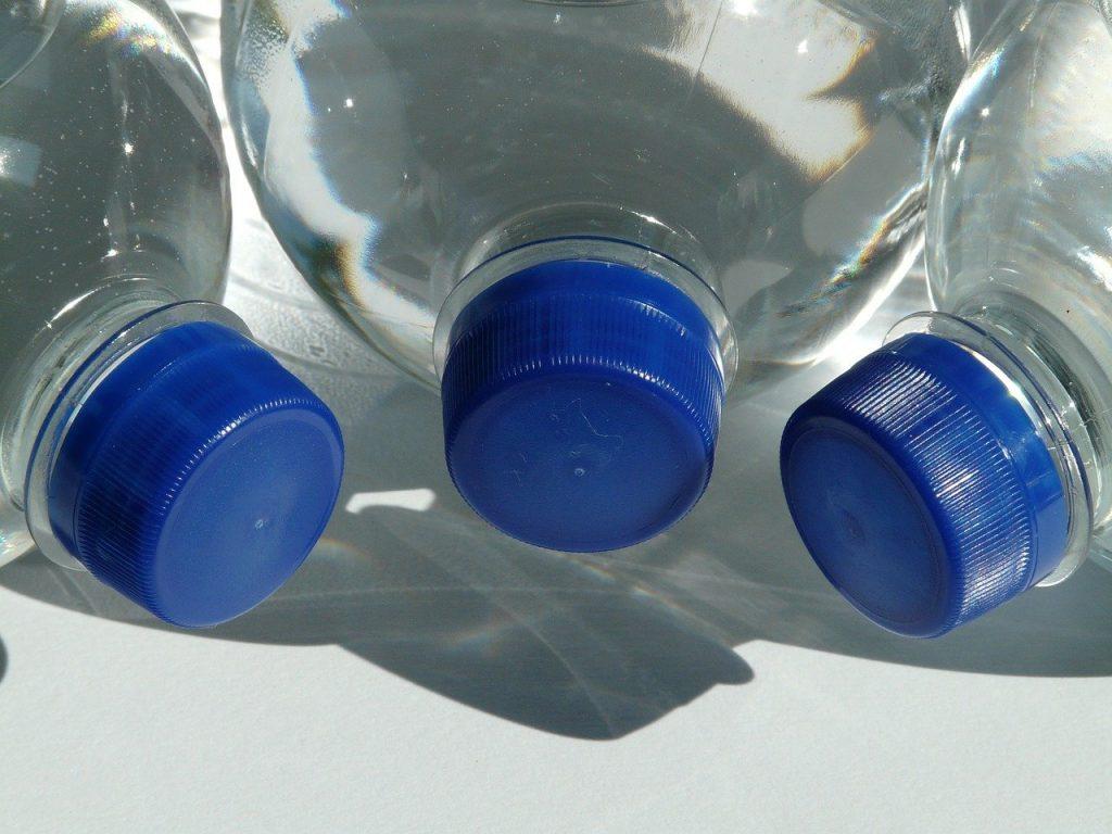 Combien de temps peut-on garder de l'eau en bouteille fermée ?