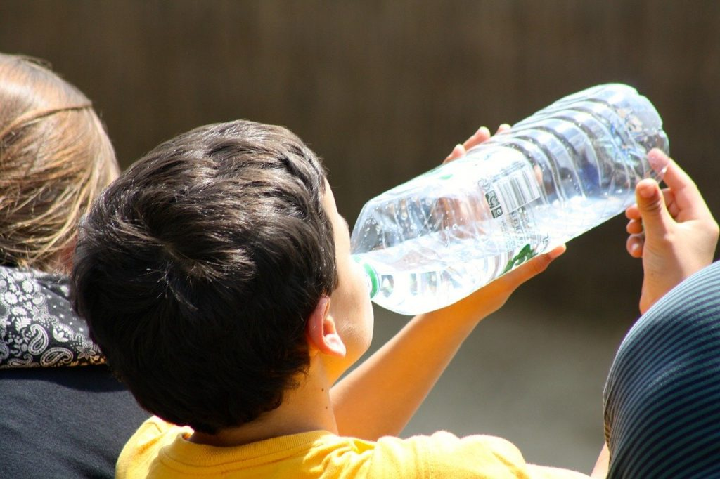 Peut-on consommer de l'eau périmée après la date de péremption?
