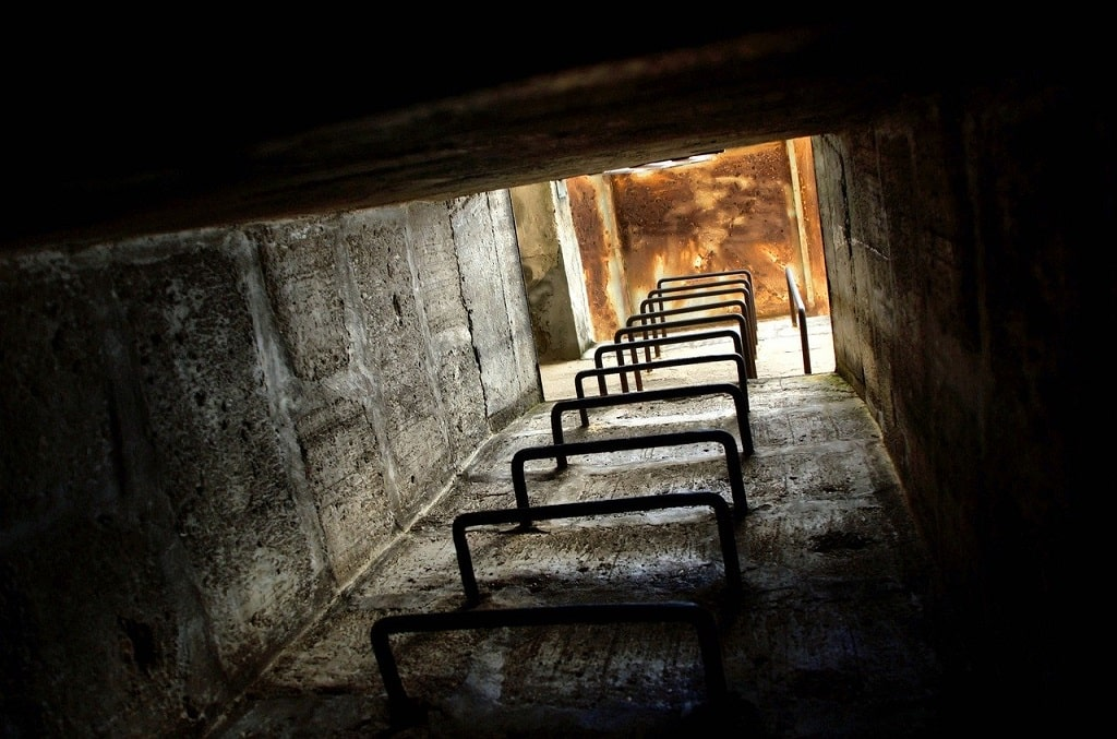 Couloir de descente dans un bunker survivaliste