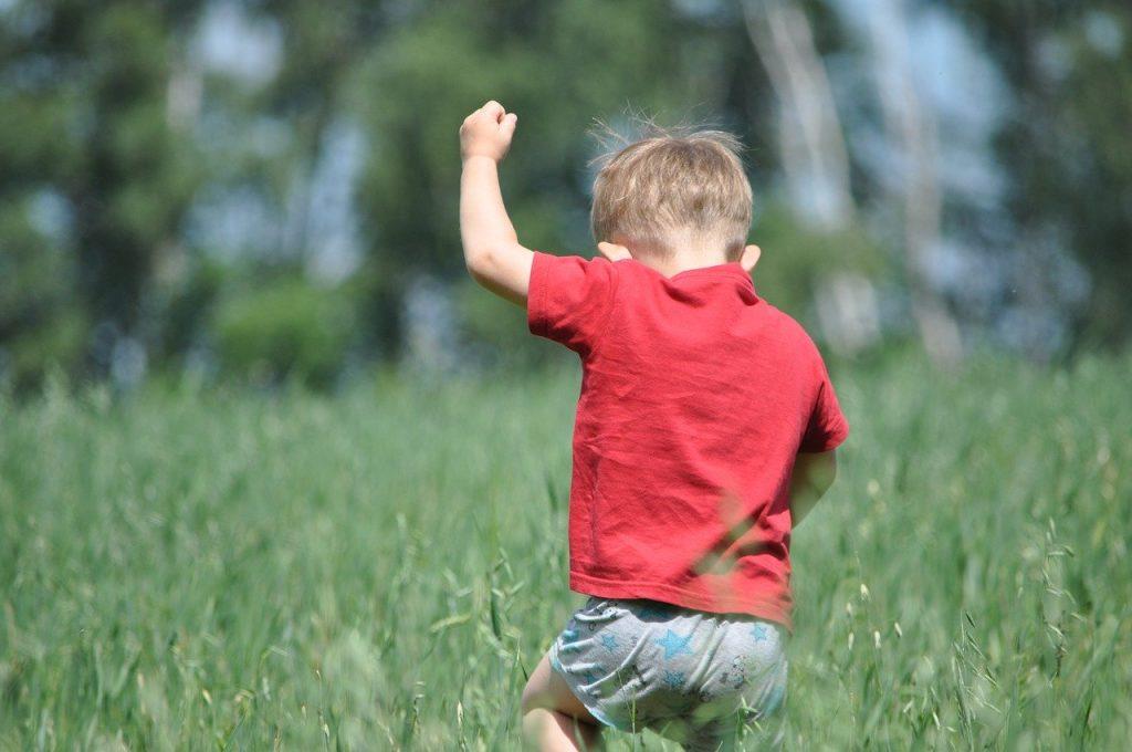 Enfant qui joue dans un champ