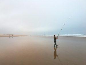 La canne pour pêcher en bord de mer doit être longue et solide